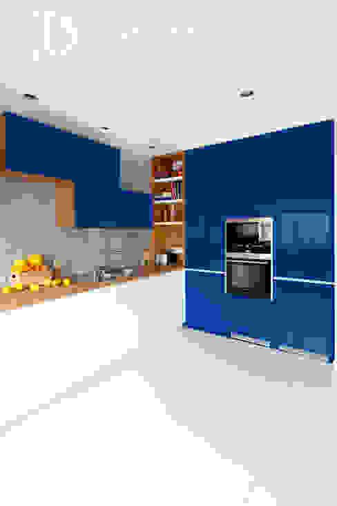 Modern style kitchen by Decoroom Modern