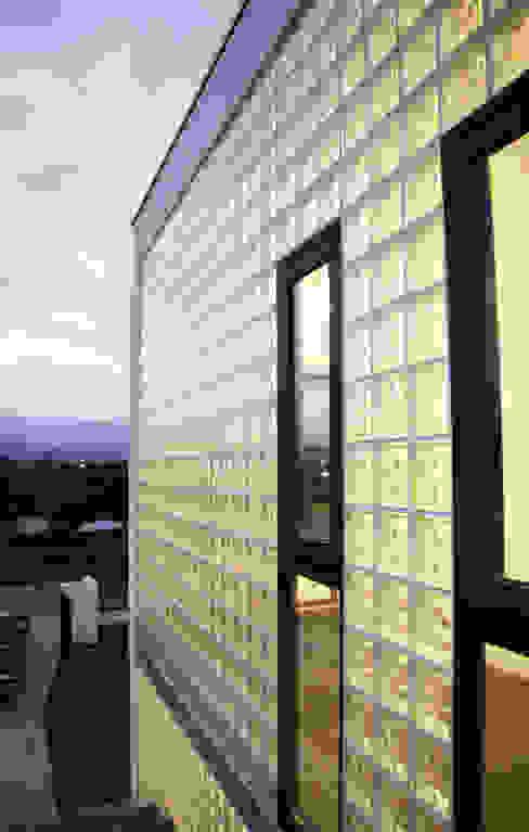 大面的採光迎接晨光 Modern Houses by 賴人碩建築師事務所 Modern Glass