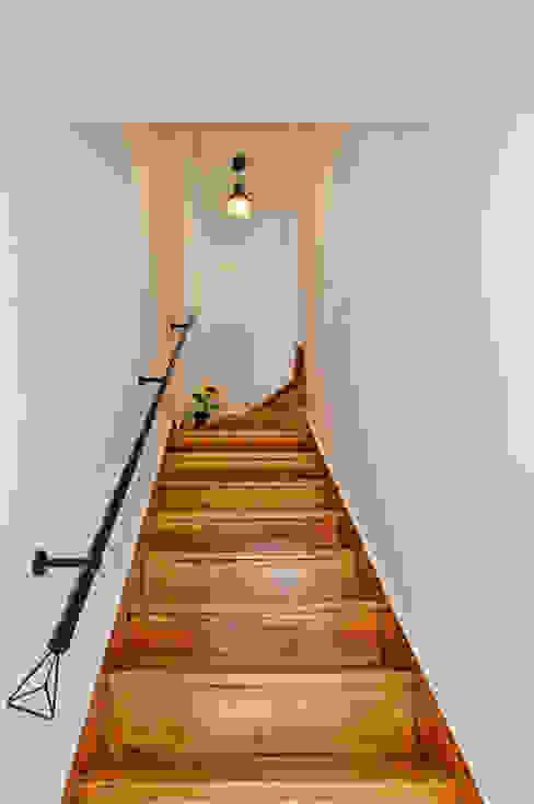 Pasillos, vestíbulos y escaleras escandinavos de homify Escandinavo Madera Acabado en madera