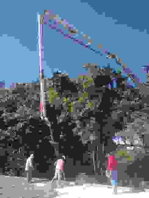 Colado de losa por medio de concreto premezclado y bomba telescopica. Casas rurales de taller garcia arquitectura integral Rural