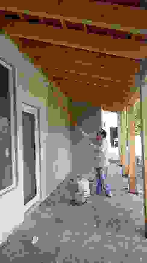 Aplicación de pintura en fachada. Casas de estilo rural de taller garcia arquitectura integral Rural