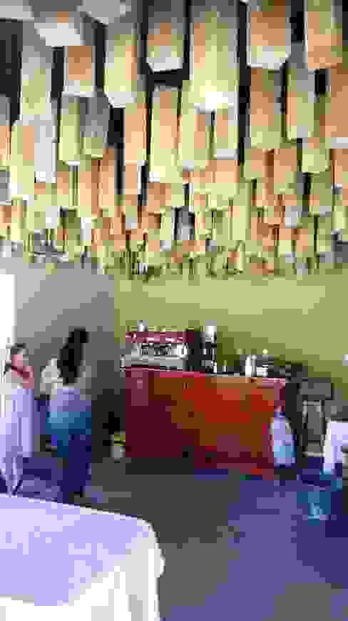 Vista de cafeteria en funcionamiento y falso plafón por medio de polines colganteados. Oficinas y bibliotecas de estilo rural de taller garcia arquitectura integral Rural