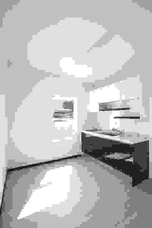 現代廚房設計點子、靈感&圖片 根據 스마트하우스 現代風 大理石