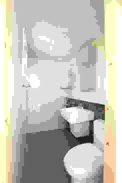 現代浴室設計點子、靈感&圖片 根據 스마트하우스 現代風