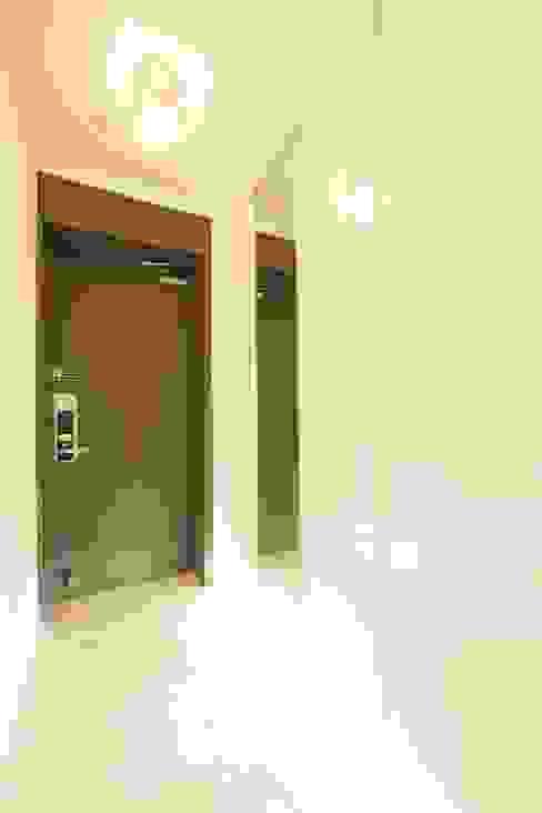 DESIGNCOLORS Modern corridor, hallway & stairs