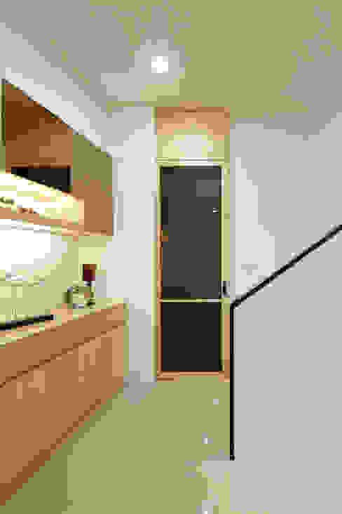 Коридор, прихожая и лестница в модерн стиле от 映荷空間設計 Модерн