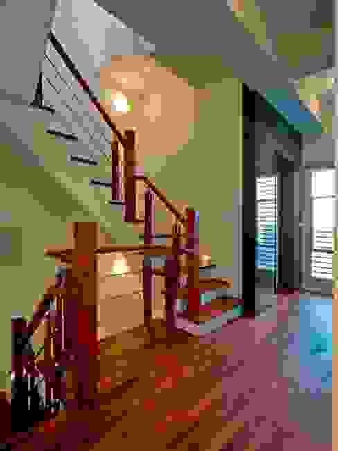 樓梯 現代風玄關、走廊與階梯 根據 世家新室內裝修公司 現代風