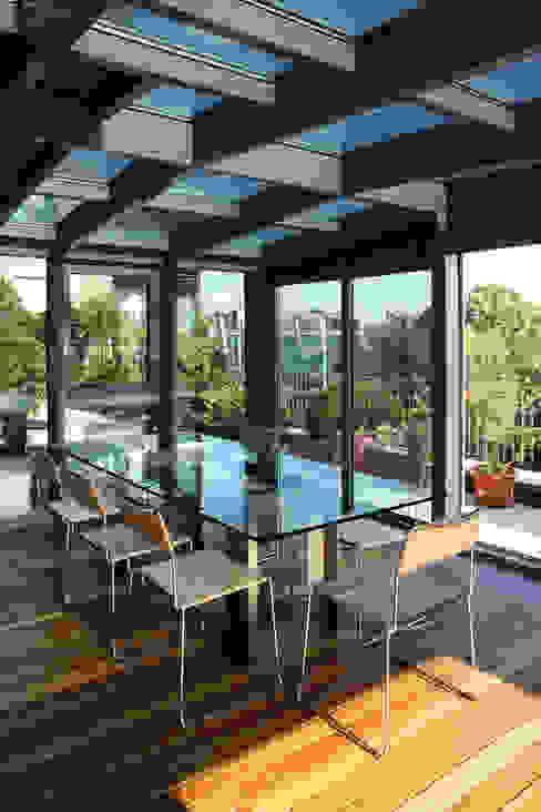 Jardines de invierno de estilo moderno de T+T ARCHITETTURA Moderno