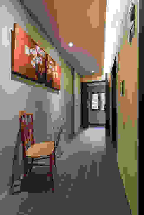 Pasillos, vestíbulos y escaleras de estilo minimalista de 參與室內設計有限公司 Minimalista
