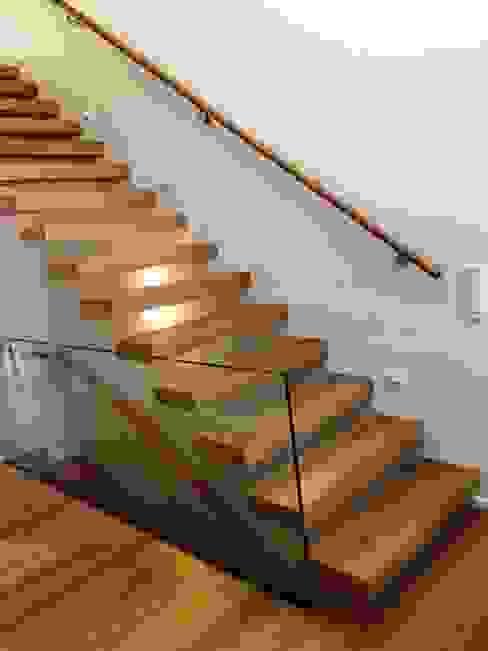 Treppe des Monats April 2017 lifestyle-treppen.de Moderner Flur, Diele & Treppenhaus Holz