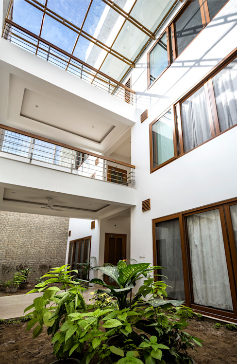 Three levels of the house Modern garden by Manuj Agarwal Architects Modern