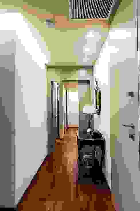 Pasillos, vestíbulos y escaleras de estilo moderno de Mariapia Alboni architetto Moderno