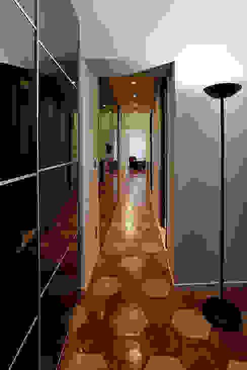 Pasillos y vestíbulos de estilo  por Caterina Raddi, Moderno
