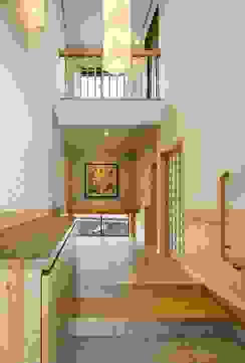 Pasillos, vestíbulos y escaleras de estilo moderno de 小栗建築設計室 Moderno