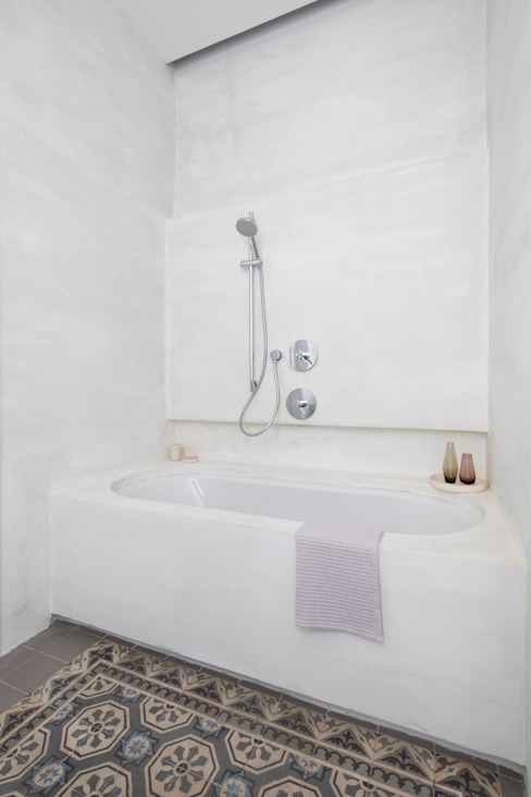 Baños de estilo moderno de destilat Design Studio GmbH Moderno