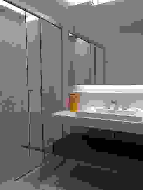 Baños de estilo moderno de daniela kuhn arquitetura Moderno