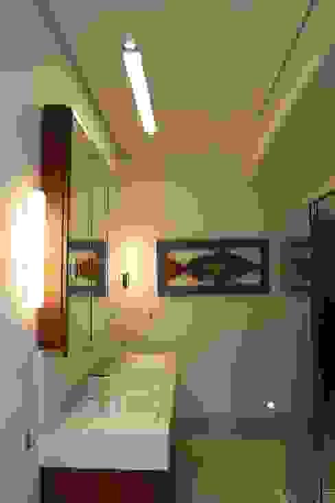 Baños modernos de daniela kuhn arquitetura Moderno