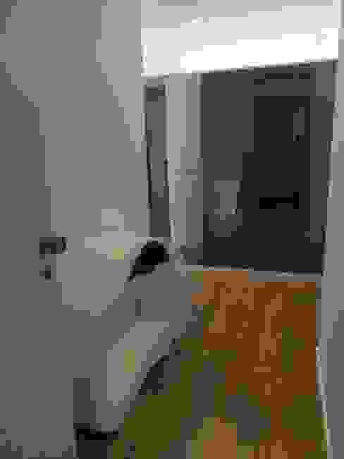 Koridor dan lorong oleh Alma Braguesa Furniture , Eklektik