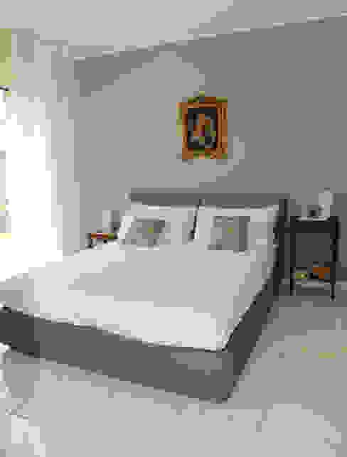モダンスタイルの寝室 の L'Antica s.a.s. モダン