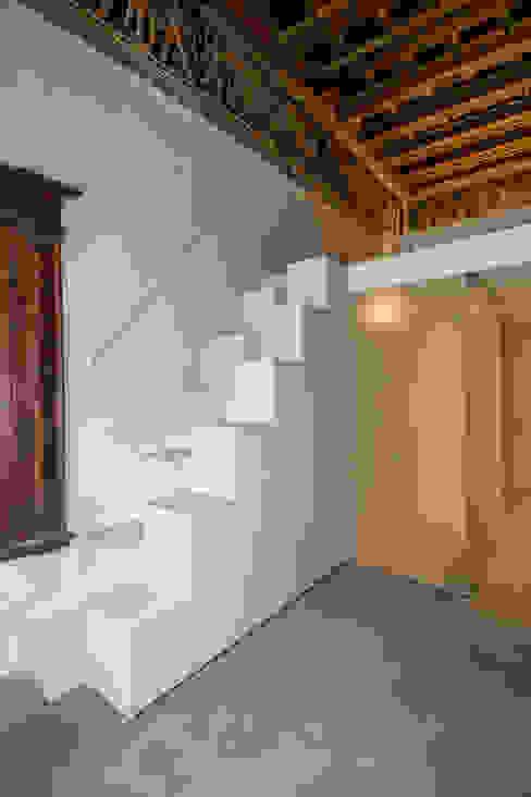 Moderne gangen, hallen & trappenhuizen van studio di architettura DISEGNO Modern