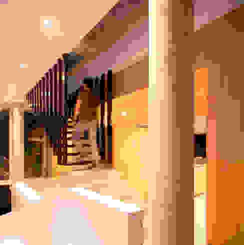 Vestíbulos, pasillos y escaleras de estilo  por Chetecortés ,