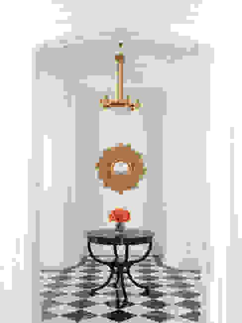 Corredores e halls de entrada  por Douglas Design Studio,