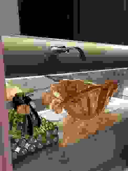 Flávia Kloss Arquitetura de Interiores Classic style bathroom Glass Amber/Gold