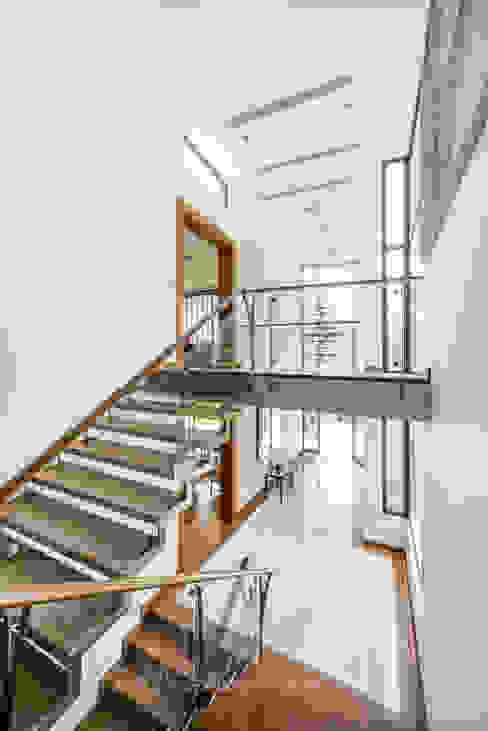 ESCALERA: Pasillos y vestíbulos de estilo  por DMS Arquitectas