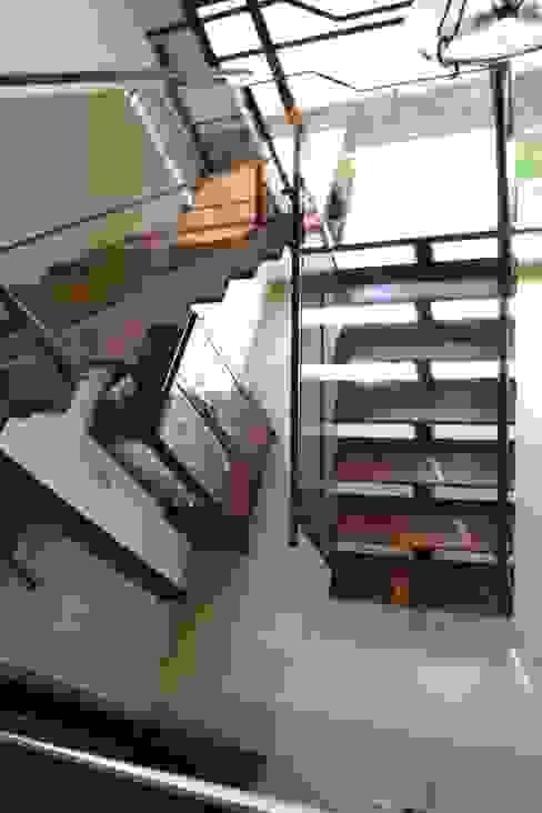 Ingresso, Corridoio & Scale in stile moderno di Flávia Kloss Arquitetura de Interiores Moderno Legno Effetto legno
