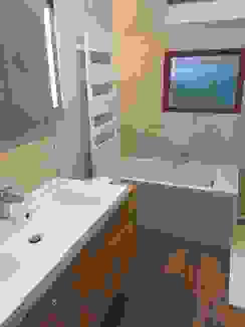 FERMETURE D'UN BALCON. chantier en cours: Salle de bains de style  par Eric Rechsteiner, Moderne
