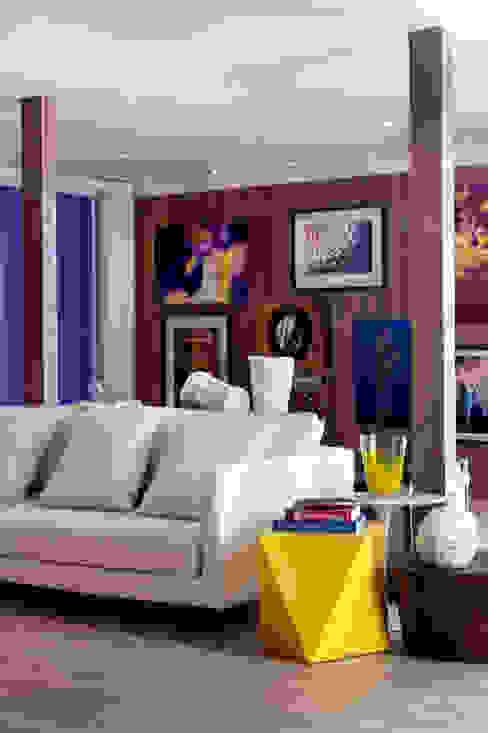 Modern living room by Karinna Buchalla Interiores Modern Iron/Steel