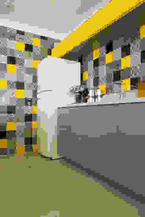 Nhà bếp phong cách hiện đại bởi Karinna Buchalla Interiores Hiện đại gốm sứ