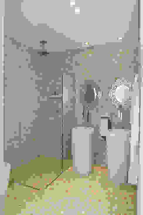 Phòng tắm phong cách kinh điển bởi Karinna Buchalla Interiores Kinh điển gốm sứ