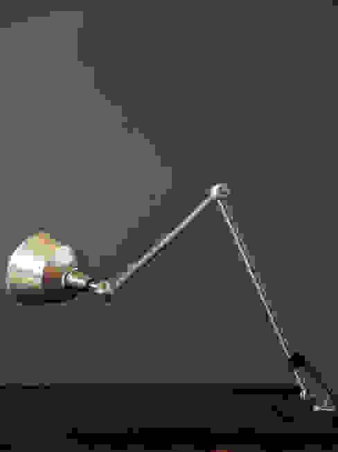 Aufgearbeitete vintage Midgard Gelenklampe:  Arbeitszimmer von works berlin