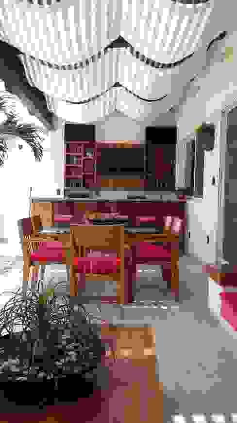TERRAZA / BAR CASA LAS FLORES Balcones y terrazas de estilo moderno de homify Moderno Madera Acabado en madera