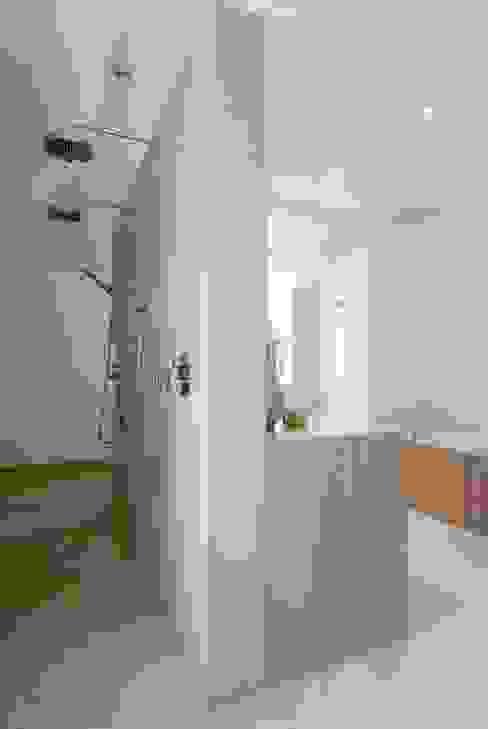 badkamer met warme uitstraling, met hout en natuursteen kb ontwerpbureau bvba Moderne badkamers Zandsteen Beige