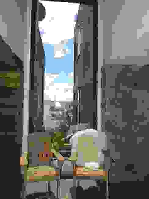 casa Bambach - Vial Pasillos, vestíbulos y escaleras modernos de David y Letelier Estudio de Arquitectura Ltda. Moderno