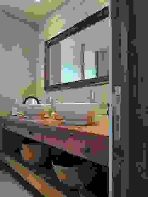 casa Bambach - Vial Baños de estilo moderno de David y Letelier Estudio de Arquitectura Ltda. Moderno