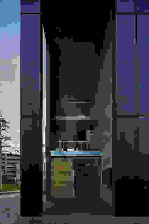 カントK 一級建築士事務所 こより モダンな 家 黒色
