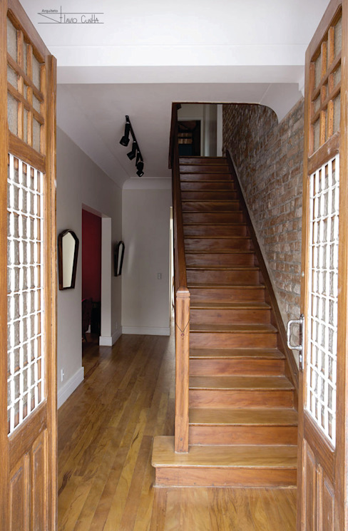 Classic style corridor, hallway and stairs by SET Arquitetura e Construções Classic