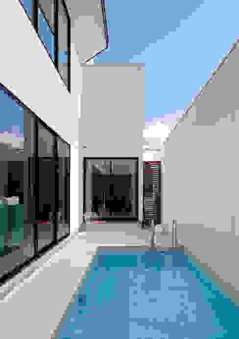 近藤晃弘建築都市設計事務所 Modern pool Tiles White