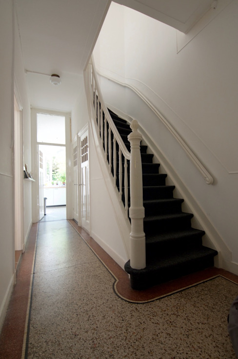 Classic style corridor, hallway and stairs by studiopops Classic Stone