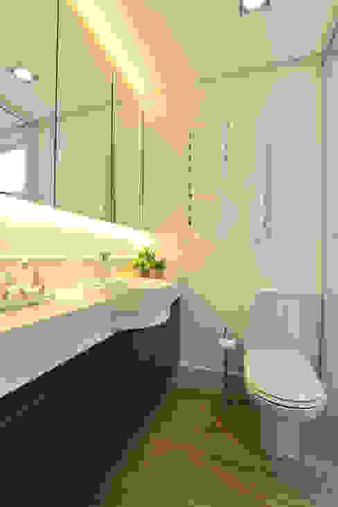 Banho Casal com Armário Suspenso com Espelhos, Iluminação de Led e Cuba de Semi Encaixe Banheiros modernos por Danyela Corrêa Arquitetura Moderno
