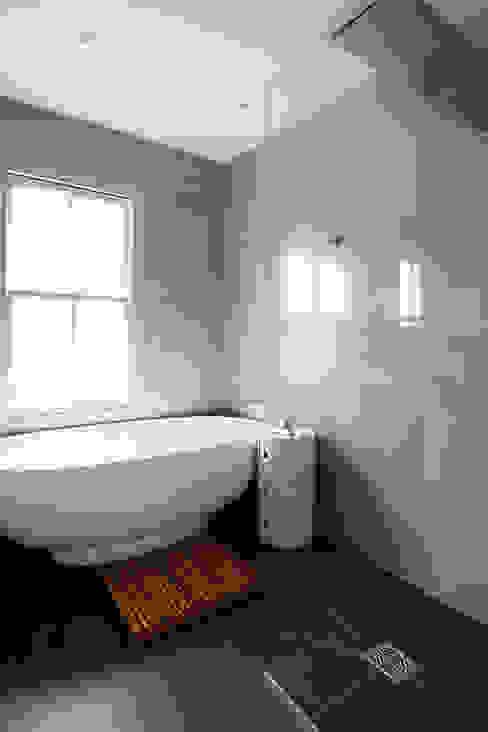Bathroom تنفيذ Gr8 Interiors,