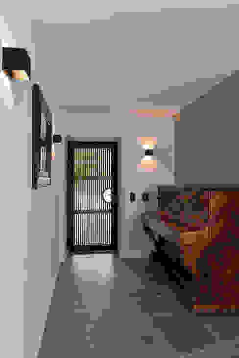 Mediterranean corridor, hallway & stairs by Atelier Jean GOUZY Mediterranean