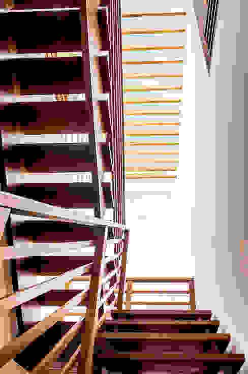 Corridor & hallway by Aresto Arquitetura
