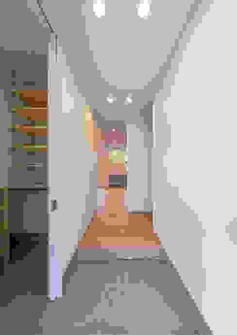 Hành lang, sảnh & cầu thang phong cách hiện đại bởi 中村建築研究室 エヌラボ(n-lab) Hiện đại Gỗ Wood effect