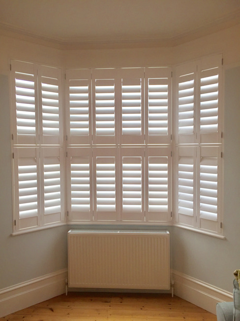 Bay Window Shutters:  Living room by London Interior Shutters,