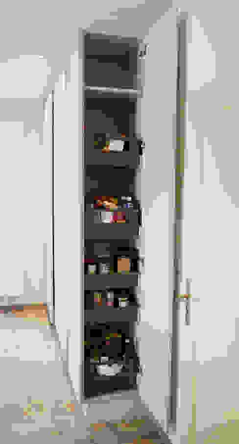 Hochschrank und innenliegenden Schubkästen: modern  von Hammer & Margrander Interior GmbH,Modern