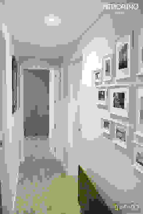 Pasillos, vestíbulos y escaleras de estilo moderno de IMPATTO Moderno